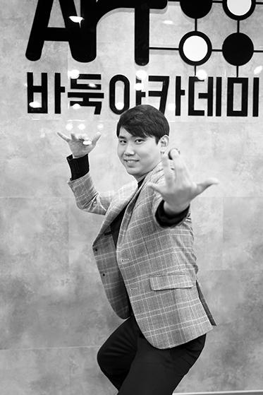 ▲ '콘텐츠 패왕' 귀수TV의 BJ 양재현이 특유의 포즈를 취했다.