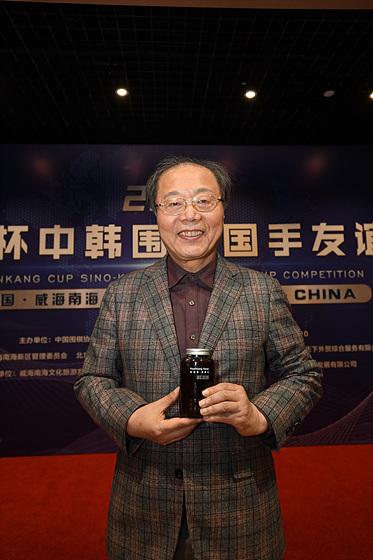 편강한의원의 트레이드마크인 편강환을 들고 포즈를 취한 서효석 편강한의원장. 서 원장의 편강환은 대회 기간 내내 중국 언론의 집중 조명을 받았다.