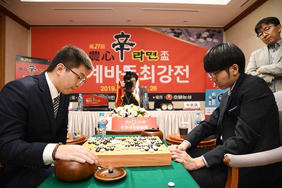 ▲신진서 9단(오른쪽) 마저 양딩신 9단에게 패하며 한국은 박정환 9단 홀로 남았다
