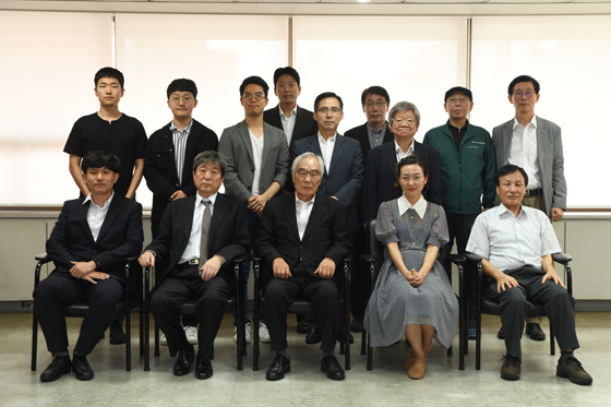 ▲임채정 총재(앞줄 가운데)가 전문기사 대표단과의 간담회 직후 기념촬영을 함께 했다